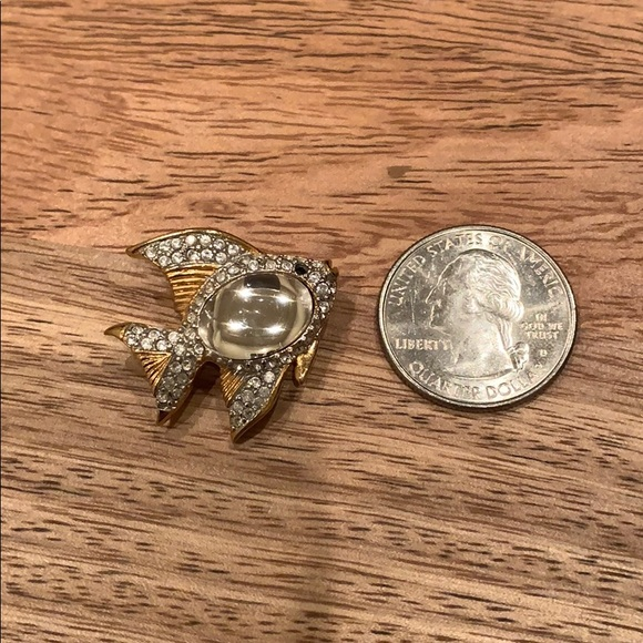Swarovski crystal/goldtone fish pin w/caubochon